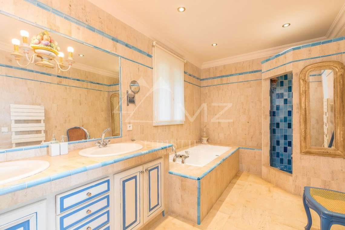 Beautiful contemporary villa close to Saint-Tropez - photo13