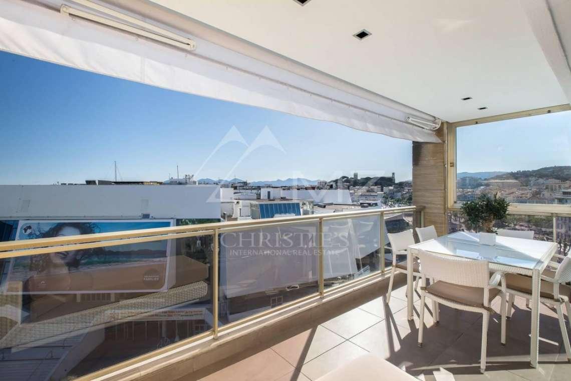 Cannes - Croisette - Facing the Palais des Festivals - photo4