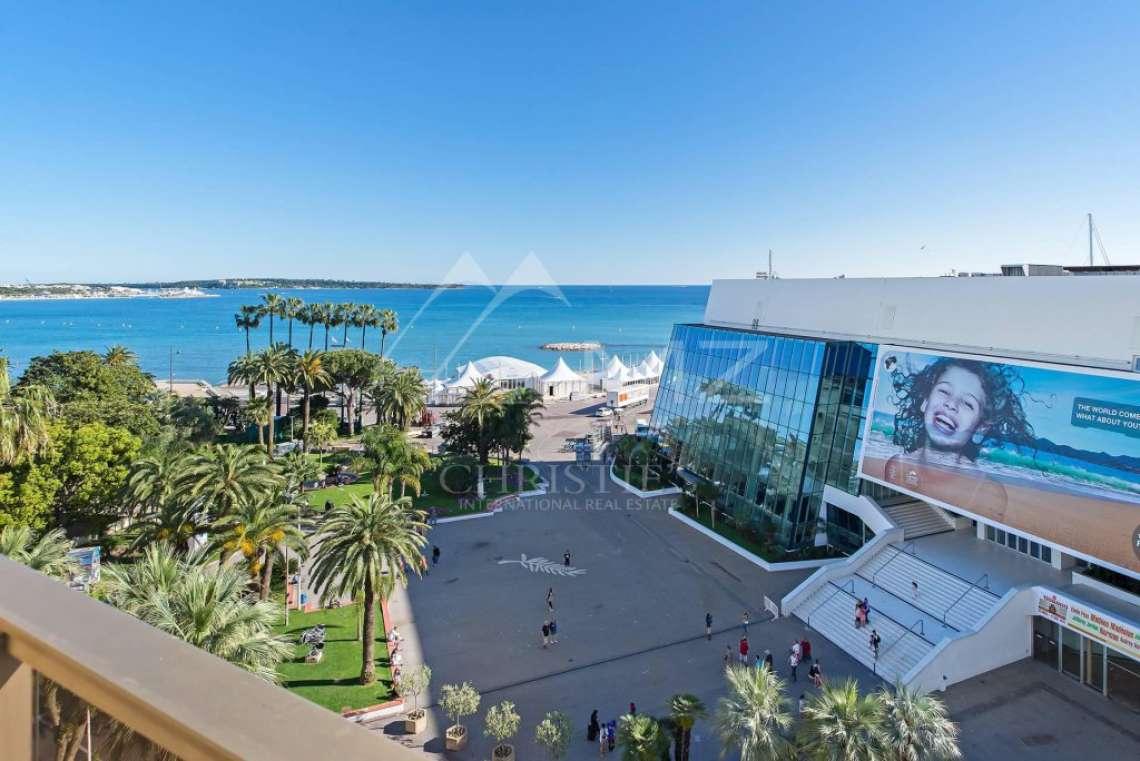 Cannes - Croisette - Face au Palais des Festivals - photo1